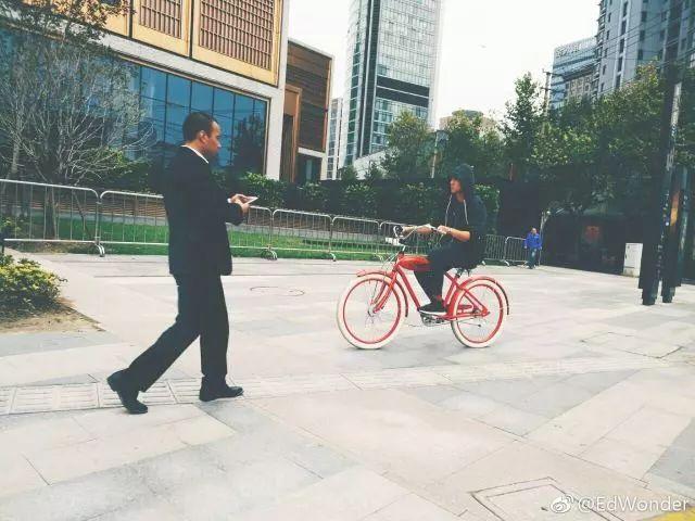 网友偶遇彭于晏骑着Electra自行车在上海街头过马路